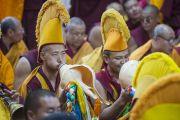 Монахи играют на ритуальных музыкальных инструментах во время подношения Его Святейшеству Далай-ламе молебна о долголетии в храме Тхекчен Чолинг. Дхарамсала, Индия. 3 ноября 2015 г. Фото: Тензин Чойджор (офис ЕСДЛ)