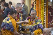 Подношение мандалы - часть молебна о долголетии Его Святейшества Далай-ламы в храме Тхекчен Чолинг. Дхарамсала, Индия. 3 ноября 2015 г. Фото: Тензин Чойджор (офис ЕСДЛ)