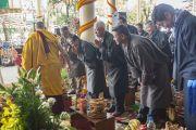 Его Святейшество Далай-лама приветствует почетных гостей, выходя во двор храма Тхекчен Чолинг. Дхарамсала, Индия. 3 ноября 2015 г. Фото: Тензин Чойджор (офис ЕСДЛ)