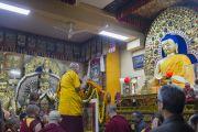 Его Святейшество Далай-лама у статуи Будды в храме Тхекчен Чолинг. Дхарамсала, Индия. 3 ноября 2015 г. Фото: Тензин Чойджор (офис ЕСДЛ)