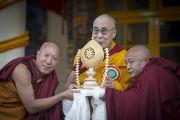 Тибетцы из Баркхам Ронгпо преподносят Его Святейшеству золотое колесо Дхармы во время праздничной церемонии во дворе храма Тхекчен Чолинг. Дхарамсала, Индия. 3 ноября 2015 г. Фото: Тензин Чойджор (офис ЕСДЛ)