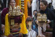 Тибетцы ожидают своей очереди совершать подношения Его Святейшеству Далай-ламе во время молебна о его долголетии в храме Тхекчен Чолинг. Дхарамсала, Индия. 3 ноября 2015 г. Фото: Тензин Чойджор (офис ЕСДЛ)