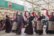 Тибетцы исполняют для Его Святейшества Далай-ламы народный танец во время праздничной церемонии во дворе храма Тхекчен Чолинг. Дхарамсала, Индия. 3 ноября 2015 г. Фото: Тензин Чойджор (офис ЕСДЛ)