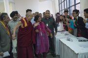 Его Святейшество Далай-лама приветствует гостей конференции и волонтеров в университете им. Джавахарлала Неру. Дели, Индия. 12 ноября 2015 г. Фото: Тензин Чойджор (офис ЕСДЛ)