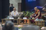 """Мишель Битболь делает доклад """"Квантовая физика: взаимозависимость и позиция отрицания всех взглядов"""" на конференции в университете им. Джавахарлала Неру. Дели, Индия. 12 ноября 2015 г. Фото: Тензин Чойджор (офис ЕСДЛ)"""