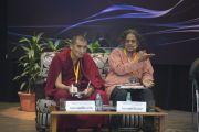 Геше Джангчуб Сенге и профессор Сундар Саруккаи отвечают на вопросы из зала во время конференции «Квантовая физика и философские воззрения мадхьямаки» в Университете им. Джавахарлала Неру. Дели, Индия. 13 ноября 2015 г. Фото: Тензин Чойджор (офис ЕСДЛ)