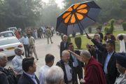 Его Святейшество Далай-лама приветствует старых друзей перед началом второго дня конференции «Квантовая физика и философские воззрения мадхьямаки» в Университете им. Джавахарлала Неру. Дели, Индия. 13 ноября 2015 г. Фото: Тензин Чойджор (офис ЕСДЛ)