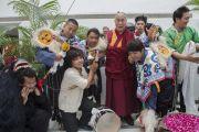 Его Святейшество Далай-лама с тибетскими студентами, разыгравшими для него театрализованное представление в традиционных народных масках в Профессиональном университете Лавли. Пхагвара, штат Пенджаб, Индия. 14 ноября 2015 г. Фото: Тензин Чойджор (офис ЕСДЛ)