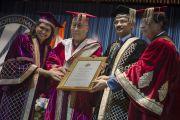 Его Святейшеству Далай-ламе вручают диплом почетного доктора богословия в Профессиональном университете Лавли. Пхагвара, штат Пенджаб, Индия. 14 ноября 2015 г. Фото: Тензин Чойджор (офис ЕСДЛ)