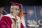 Его Святейшество Далай-лама выступает на пятой церемонии вручения дипломов в Профессиональном университете Лавли. Пхагвара, штат Пенджаб, Индия. 14 ноября 2015 г. Фото: Тензин Чойджор (офис ЕСДЛ)