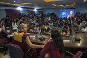Его Святейшество Далай-лама встречается с тибетскими и бутанскими студентами, обещающимися в Профессиональном университете Лавли. Пхагвара, штат Пенджаб, Индия. 14 ноября 2015 г. Фото: Тензин Чойджор (офис ЕСДЛ)