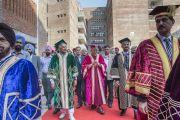 Его Святейшество Далай-лама направляется в актовый зал, чтобы принят участие в пятой церемонии вручения дипломов в Профессиональном университете Лавли. Пхагвара, штат Пенджаб, Индия. 14 ноября 2015 г. Фото: Тензин Чойджор (офис ЕСДЛ)