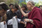 Его Святейшество Далай-лама шутливо приветствует бутанских студентов, встречающих его в Профессиональном университете Лавли. Пхагвара, штат Пенджаб, Индия. 14 ноября 2015 г. Фото: Тензин Чойджор (офис ЕСДЛ)