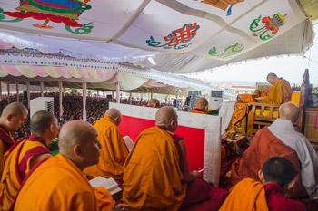 Восьмой день учений по 18 коренным текстам и комментариям традиции Ламрим в монастыре Ташилунпо