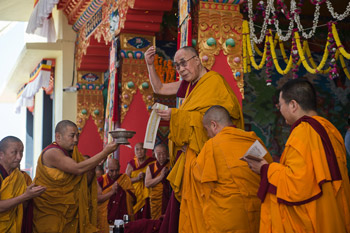 Заключительный день учений по 18 коренным текстам и комментариям традиции Ламрим в монастыре Ташилунпо