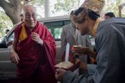 Тибетцы встречают Его Святейшество Далай-ламу у входа в гостиницу. Бангалор, Индия. 5 декабря 2015 г. Фото: Тензин Чойджор (офис ЕСДЛ)