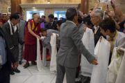 Его Святейшество Далай-лама здоровается со своими почитателями в холле гостиницы. Бангалор, Индия. 5 декабря 2015 г. Фото: Тензин Чойджор (офис ЕСДЛ)