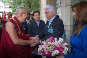 """Азим Премджи приветствует Его Святейшество Далай-ламу перед началом встречи с членами """"Индийской благотворительной инициативы. Бангалор, Индия. 5 декабря 2015 г. Фото: Тензин Чойджор (офис ЕСДЛ)"""