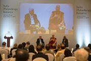 """Его Святейшество Далай-лама выступает с речью на четвертом заседании членов """"Индийской благотворительной инициативы"""". Бангалор, Индия. 5 декабря 2015 г. Фото: Тензин Чойджор (офис ЕСДЛ)"""