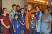 Его Святейшество Далай-лама с представителями индийских скаутов. Бангалор, Индия. 5 декабря 2015 г. Фото: Тензин Чойджор (офис ЕСДЛ)
