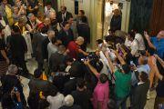 Толпа людей встречает Его Святейшество Далай-ламу в холле гостиницы. Бангалор, Индия. 5 декабря 2015 г. Фото: Тензин Чойджор (офис ЕСДЛ)