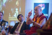 Его Святейшество Далай-лама отвечает на вопросы из зала во время встречи с членами дипломатического корпуса штата Карнатака. Бангалор, Индия. 6 декабря 2015 г. Фото: Тензин Чойджор (офис ЕСДЛ)