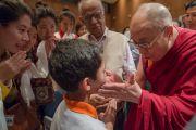 Его Святейшество Далай-лама здоровается с юным слушателем по окончании лекции в Национальном институте передовых исследований. Бангалор, Индия. 6 декабря 2015 г. Фото: Тензин Чойджор (офис ЕСДЛ)