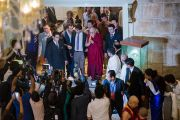 Его Святейшество Далай-лама общается с журналистами по дороге на встречу с членами дипломатического корпуса штата Карнатака. Бангалор, Индия. 6 декабря 2015 г. Фото: Тензин Чойджор (офис ЕСДЛ)