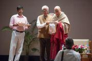 Перед началом лекции в Национальном институте передовых исследований Его Святейшеству Далай-ламе по индийской традиции преподнесли шаль. Бангалор, Индия. 6 декабря 2015 г. Фото: Тензин Чойджор (офис ЕСДЛ)