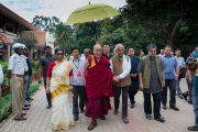 Его Святейшество Далай-лама направляется в аудиторию, в которой будет проходить его лекция, в Национальном институте передовых исследований. Бангалор, Индия. 6 декабря 2015 г. Фото: Тензин Чойджор (офис ЕСДЛ)