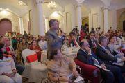 Один из участников встречи задает вопрос Его Святейшеству Далай-ламе. Бангалор, Индия. 6 декабря 2015 г. Фото: Тензин Чойджор (офис ЕСДЛ)