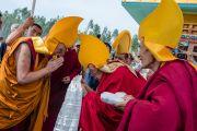 Гаден Трипа Ризонг Ринпоче встречает Его Святейшество Далай-ламу в новом здании офиса и резиденции Гаден Трипы (Гаден Тритхонг Кханг). Мундгод, Индия. 8 декабря 2015 г. Фото: Тензин Чойджор (офис ЕСДЛ)