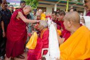 Его Святейшество Далай-лама благословляет пожилого монаха в монастыре Гаден Лачи. Мундгод, Индия. 8 декабря 2015 г. Фото: Тензин Чойджор (офис ЕСДЛ)