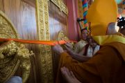 Его Святейшество Далай-лама перерезает ленточку на дверях в большой зал в новом здании офиса и резиденции Гаден Трипы. Мундгод, Индия. 8 декабря 2015 г. Фото: Тензин Чойджор (офис ЕСДЛ)