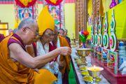 Его Святейшество Далай-лама и Гаден Трипа зажигают масляный светильник на алтаре в большом зале Гаден Тритхонг Кханга. Мундгод, Индия. 8 декабря 2015 г. Фото: Тензин Чойджор (офис ЕСДЛ)