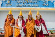 Чжангце Чойдже, Гаден Трипа, Его Святейшество Далай-лама и Шарпа Чойдже у нового здания офиса и резиденции Гаден Трипы.  Мундгод, Индия. 8 декабря 2015 г. Фото: Тензин Чойджор (офис ЕСДЛ)