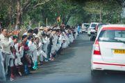 Местные жители приветствуют Его Святейшество Далай-ламу на дороге к монастырю Гаден Лачи. Мундгод, Индия. 8 декабря 2015 г. Фото: Тензин Чойджор (офис ЕСДЛ)