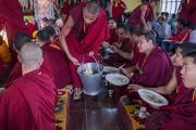 Монахи угощают присутствующих сладким рисом во время посещения Его Святейшеством Далай-ламой монастыря Гаден Лачи. Мундгод, Индия. 8 декабря 2015 г. Фото: Тензин Чойджор (офис ЕСДЛ)
