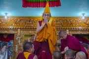 Его Святейшество Далай-лама приветствует участников торжественной церемонии открытия нового здания офиса и резиденции Гаден Трипы. Мундгод, Индия. 8 декабря 2015 г. Фото: Тензин Чойджор (офис ЕСДЛ)