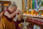 Его Святейшество Далай-лама совершает подношения у алтаря в монастыре Гаден Лачи. Мундгод, Индия. 8 декабря 2015 г. Фото: Тензин Чойджор (офис ЕСДЛ)