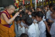 Его Святейшество Далай-лама приветствует школьников по завершении празднования 26-й годовщины вручения ему Нобелевской премии мира. Хунсур, штат Карнатака, Индия. 10 декабря 2015 г. Фото: Тензин Чойджор (офис ЕСДЛ)