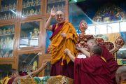 Его Святейшество Далай-лама приветствует собравшихся в начале пятидневных учений в тантрическом монастыре Гьюдмед. Хунсур, штат Карнатака, Индия. 9 декабря 2015 г. Фото: Тензин Чойджор (офис ЕСДЛ)