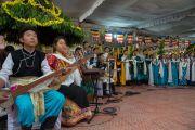 Школьники исполняют песню, сочиненную по случаю вручения Его Святейшеству Далай-ламе Нобелевской премии мира. Хунсур, штат Карнатака, Индия. 10 декабря 2015 г. Фото: Тензин Чойджор (офис ЕСДЛ)