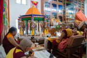 Его Святейшество Далай-лама и старшие монахи выполняют ритуалы перед предварительным посвящением Гухьясамаджи в тантрическом монастыре Гьюдмед. Хунсур, штат Карнатака, Индия. 10 декабря 2015 г. Фото: Тензин Чойджор (офис ЕСДЛ)