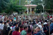 В завершение предварительного посвящения Гухьясамаджи участникам учений в тантрическом монастыре Гьюдмед раздали траву куша. Хунсур, штат Карнатака, Индия. 10 декабря 2015 г. Фото: Тензин Чойджор (офис ЕСДЛ)