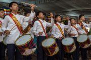 Школьники исполняют государственные гимны Индии и Тибета на официальной церемонии в честь 26-й годовщины вручения Его Святейшеству Нобелевской премии мира. Хунсур, штат Карнатака, Индия. 10 декабря 2015 г. Фото: Тензин Чойджор (офис ЕСДЛ)