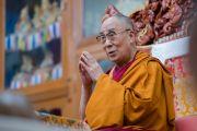 Его Святейшество Далай-лама читает молитвы перед началом учений в тантрическом монастыре Гьюдмед. Хунсур, штат Карнатака, Индия. 9 декабря 2015 г. Фото: Тензин Чойджор (офис ЕСДЛ)