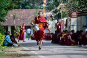 Молодой монах несет чай участникам учений Его Святейшества Далай-ламы в тантрическом монастыре Гьюдмед. Хунсур, штат Карнатака, Индия. 11 декабря 2015 г. Фото: Тензин Чойджор (офис ЕСДЛ)