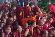 Монахи раздают хлеб участникам учений Его Святейшества Далай-ламы в тантрическом монастыре Гьюдмед. Хунсур, штат Карнатака, Индия. 11 декабря 2015 г. Фото: Тензин Чойджор (офис ЕСДЛ)