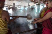 Монахи готовят чай для участников учений Его Святейшества Далай-ламы в тантрическом монастыре Гьюдмед. Хунсур, штат Карнатака, Индия. 11 декабря 2015 г. Фото: Тензин Чойджор (офис ЕСДЛ)